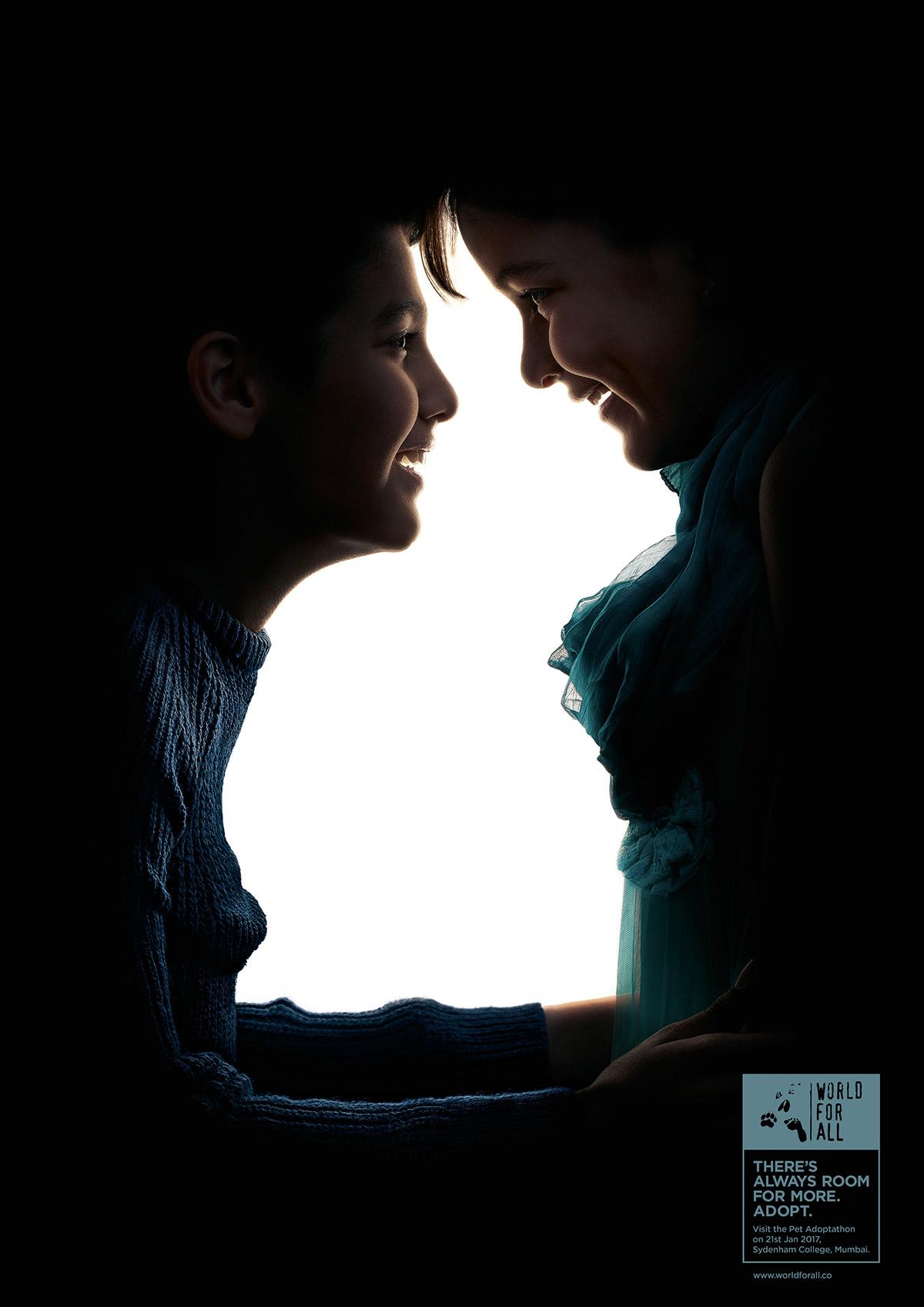 парень с девушкой на фото создают оптическую иллюзию